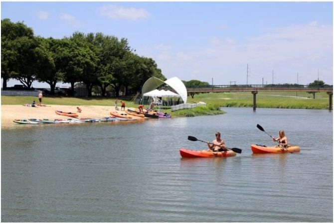 Canoe tour on the Trinity River in Fort Worth